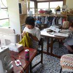 裁縫をする女の子