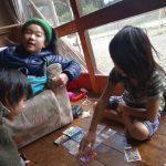 カードゲームをしている男の子